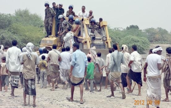 3(4) مزارعين بمديرية الجراحي يشكون قيام قيادي مؤتمري بالأستحواذ على مشروع مياة وحرمان مزارعهم منة