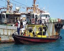 إحتجاز فريق فني مكلف بتفكيك سفينة جانحة في المياة الاقليمية تحتوي على ملوثات خطرة على البيئة