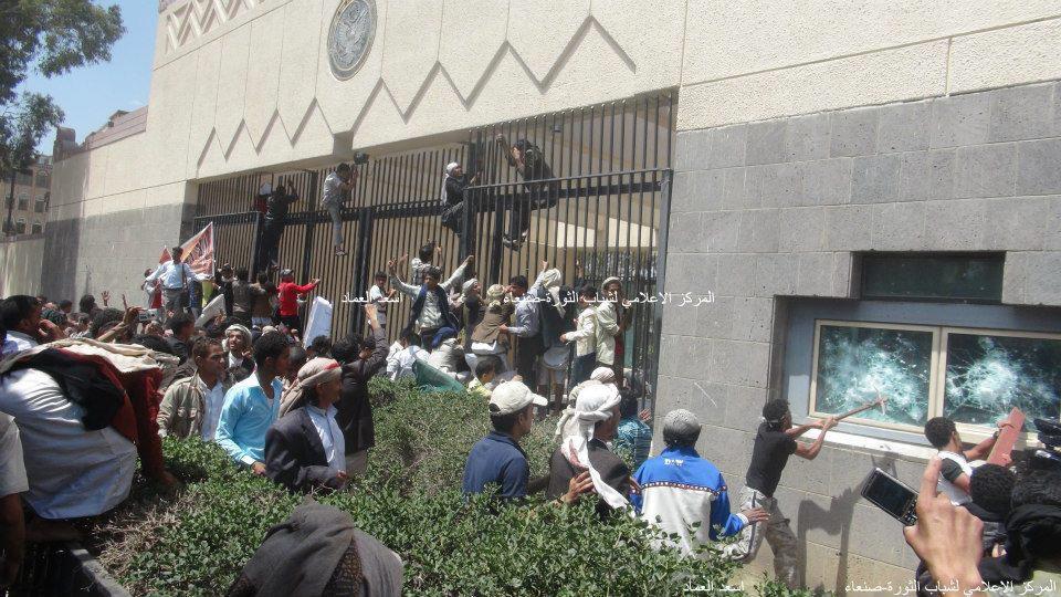 3 صنعاء : إقتحام مقر السفارة الأمريكية واستمرار المناوشات في محيطها ووفاة شخص