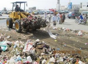 364 300x220 حملة نظافة واسعة لرفع القمامة في مديريتي الحالي والحوك بالحديدة