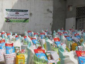 375 300x225 مؤسسة المشكاة توزع 300 سلة غذائية للأسر الفقيرة والمتضررة من الأحداث في الحديدة
