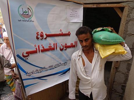 4(27) الحديدة: مؤسسة المنار للتنمية تدشن توزيع مواد غذائية لـ 557 أسرة بالمراوعة