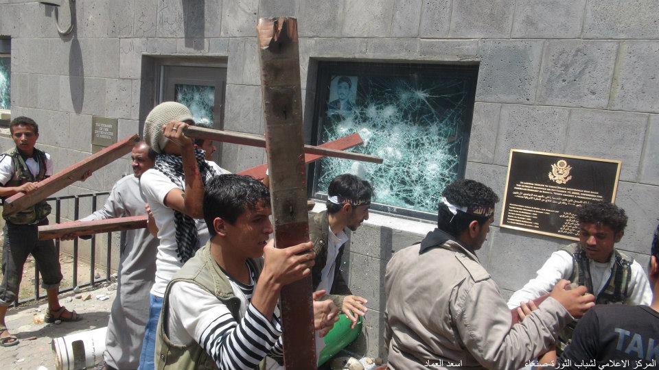 4 صنعاء : إقتحام مقر السفارة الأمريكية واستمرار المناوشات في محيطها ووفاة شخص