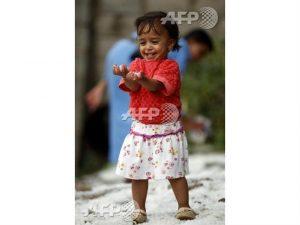 4182 300x225 بالصورة ... إبتسامة طفلة في بلد حزين يسمئ اليمن