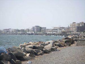 439 300x225  العثور على جثة شاب متعفنة عالقة بين الصخور بشاطئ الكورنيش بالحديدة
