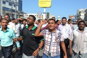 459 300x200  عمال وموظفوا ميناء الحديدة يتظاهرون إحتجاجاً على منع رئيس مجلس إلادارة من دخول الميناء