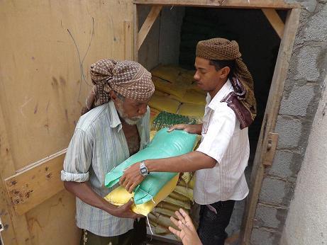 5(9) الحديدة: مؤسسة المنار للتنمية تدشن توزيع مواد غذائية لـ 557 أسرة بالمراوعة