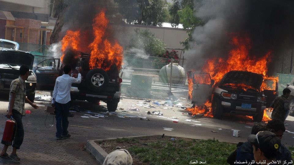 5 صنعاء : إقتحام مقر السفارة الأمريكية واستمرار المناوشات في محيطها ووفاة شخص