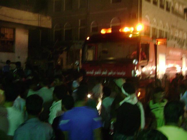 55(1) الحديدة : إصابة رجل إطفاء ساهم في إخماد حريق شب في عدد من المخازن التجارية بسوق عثمان