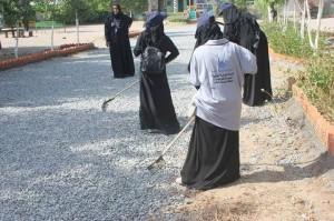 573 300x199 الإغاثة الإسلامية تدشن حملة نظافة وتحسين لحديقة مدرسة هائل سعيد بالحديدة
