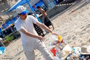 58 300x200 نهضة شباب تقوم بحملة  لتنظيف شؤاطى جولد مور بعدن من القاذورات والأوساخ
