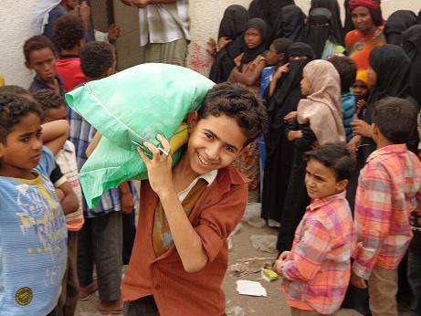 6(10) الحديدة: مؤسسة المنار للتنمية تدشن توزيع مواد غذائية لـ 557 أسرة بالمراوعة