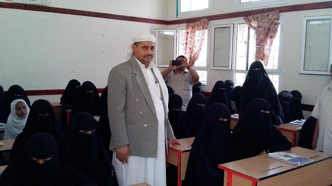 772 توزيع الحقيبة المدرسية والصناديق التعليمية لفصول محو الامية بمديرية بيت الفقيه