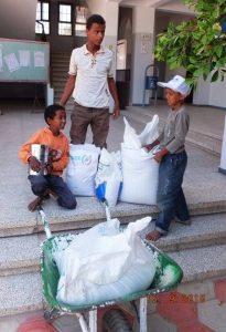 821 205x300 مشروع التغذية المدرسية : يدرب اكثر من 192 عضو لتوزيع المساعدات الغذائية في 11 محافظة