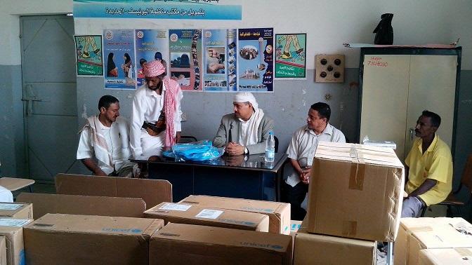 884 توزيع الحقيبة المدرسية والصناديق التعليمية لفصول محو الامية بمديرية بيت الفقيه