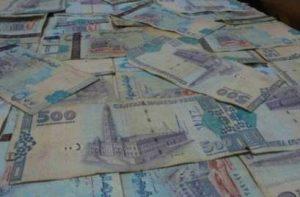 Counterfeit currency1 300x197 ضبط مروجين لعملة مزيفة بالحديدة