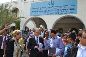 DSC 9723 300x200 السفير الهولندي يزور ميناء الحديدة ويبدي إستعداد بلادة في دعم المشاريع التنموية في اليمن