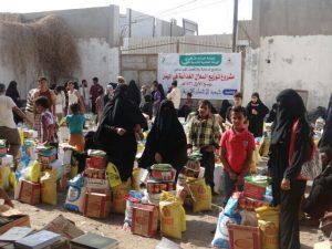 IMG 20141227 WA0025 300x225  جمعية الإحسان الخيرية توزع 220 سلة غذائية على الفقراء بالحديدة