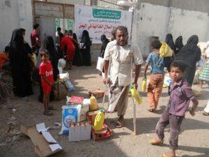IMG 20141227 WA0027 300x225  جمعية الإحسان الخيرية توزع 220 سلة غذائية على الفقراء بالحديدة