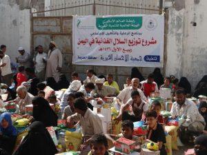 IMG 20141227 WA0029 300x225  جمعية الإحسان الخيرية توزع 220 سلة غذائية على الفقراء بالحديدة