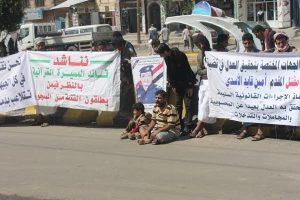 b04c396f 5535 4a26 97c4 5675e717ad62 300x200 صنعاء : أولياء دم المقدم أمين الاسدي يحتجون أمام مكتب النائب العام ويطالبون بإعادة القاتل إلى السجن