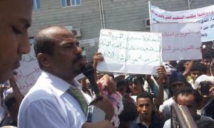 unnamed22 300x180 الحديدة : وقفة أحتجاجية للمطالبة بإحالة المعتدين على مدير عام التعليم الفني للقضاء