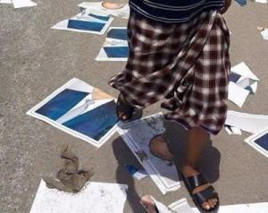 unnamed77 300x238 الحديدة : مواطنون يمزقون صوراً للرئيس عبدربه منصور هادي ويرمونها في الشوارع